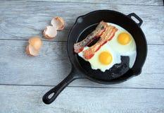 Bacon ed uova in padella del ghisa Immagini Stock Libere da Diritti