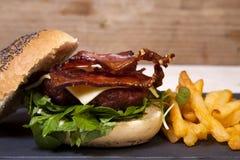 Bacon en cheeseburger met spaanders. Royalty-vrije Stock Afbeelding