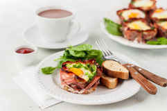 Bacon en Eierdopjes met Spinazie Royalty-vrije Stock Fotografie