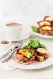 Bacon en Eierdopjes met Spinazie Stock Foto