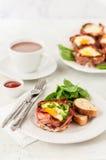 Bacon en Eierdopjes met Spinazie Stock Foto's