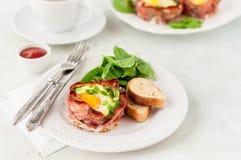 Bacon en Eierdopjes met Spinazie Stock Fotografie