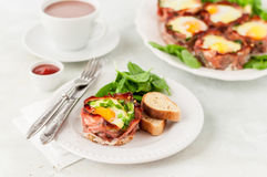 Bacon en Eierdopjes met Spinazie Royalty-vrije Stock Afbeeldingen