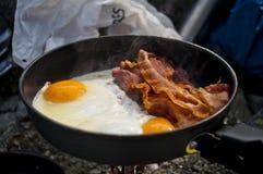 Bacon en eieren op een kampfornuis, Brits Colombia Stock Foto's