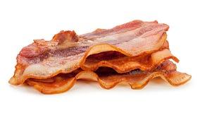 Bacon fresco arrostito su fondo bianco immagine stock libera da diritti