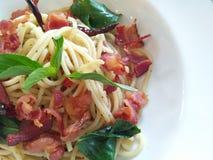 Bacon friável dos espaguetes em um prato branco Imagens de Stock Royalty Free