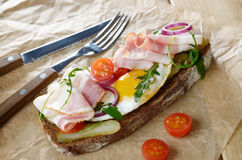 Bacon and fried egg open sandwich Stock Photography