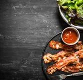 Bacon fritto con salsa e verdi fotografia stock libera da diritti