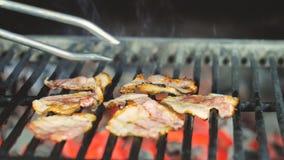 Bacon grigliato sulla griglia per ulteriore preparazione dell'hamburger immagini stock
