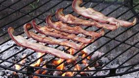 Bacon het koken op brand stock video