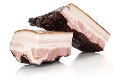 Bacon inglese affumicato fresco isolato su bianco immagine stock