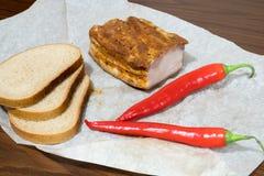 Bacon inglese con pepe e pane roventi sulla carta kraft fotografia stock libera da diritti