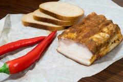 Bacon inglese con peperoncino e pane sulla carta kraft fotografie stock libere da diritti