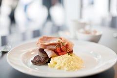 Bacon, korv och äggfrukost Arkivfoto