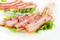 Bacon met peper op witte houten Stock Foto