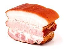 Bacon met een stuk van gerookte worst op een witte achtergrond Stock Afbeelding