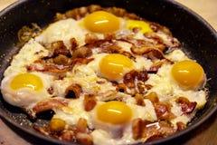 Bacon och ägg för enormt format som engelska frukosten i en panna arkivfoton