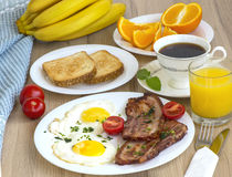 Bacon och ägg för frukost Arkivfoto