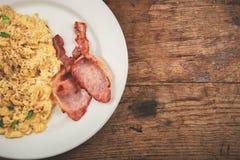 Bacon och förvanskade ägg Arkivfoton