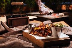 Bacon- och salladanseende i restaurangrum Arkivfoto