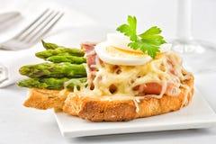Bacon och sparris på rostat bröd Royaltyfri Fotografi