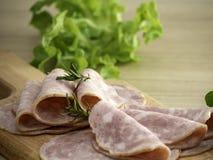Bacon op een ronde scherpe raad royalty-vrije stock fotografie