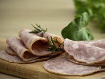 Bacon op een ronde scherpe raad stock foto's
