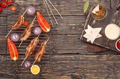 Bacon op vleespennen op de grillrooster die wordt geroosterd Stock Fotografie
