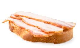 Bacon på bröd Smörgås på ett vitt, isolerat arkivbild