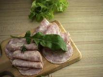 Bacon på en rund skärbräda arkivbilder