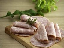 Bacon på en rund skärbräda royaltyfri bild