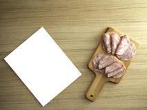 Bacon på en rund skärbräda arkivbild