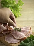 Bacon på en rund skärbräda arkivfoto