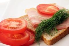 Bacon på en skiva av bröd Arkivbilder