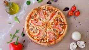 Bacon, paddestoel en kaaspizza op houten raad Close-up hoogste mening stock video