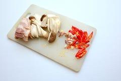 Bacon, paddestoelspaanse pepers bij het hakken van blok Stock Foto