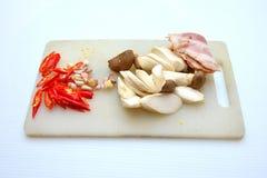 Bacon, paddestoelspaanse pepers bij het hakken van blok Stock Afbeelding