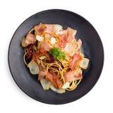 Bacon piccante degli spaghetti - spaghetti con bacon, basilico, aglio immagini stock libere da diritti