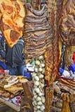 Bacon, prosciutto, costole, aglio e salsiccia sulla vendita Fotografie Stock Libere da Diritti