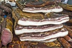 Bacon, prosciutto e salsiccie sulla vendita Immagini Stock Libere da Diritti