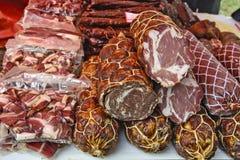 Bacon, prosciutto e salsiccie sulla vendita Immagine Stock