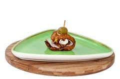 Bacon rullande i stekt zucchini med oliv fotografering för bildbyråer