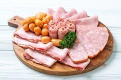 bacon, salsiccia, prosciutto affumicato e bacon del barbecue fotografie stock