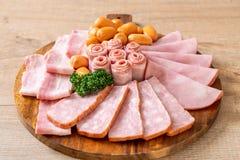 bacon, salsiccia, prosciutto affumicato e bacon del barbecue immagini stock libere da diritti