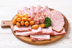 bacon, salsiccia, prosciutto affumicato e bacon del barbecue fotografie stock
