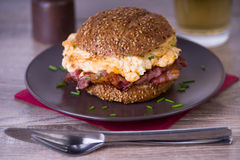 Bacon and scrambled egg burger Royalty Free Stock Photography