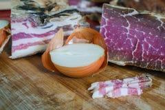 Bacon, skinka och lök rökt meatpork Arkivbild