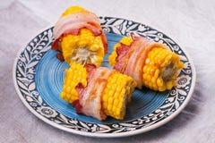 Bacon slågen in havre på blåttplattan Royaltyfri Foto
