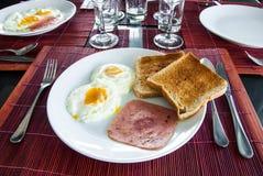Bacon, stekte ägg och rostat bröd Royaltyfria Foton