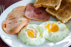 Bacon, stekte ägg och rostat bröd Royaltyfria Bilder